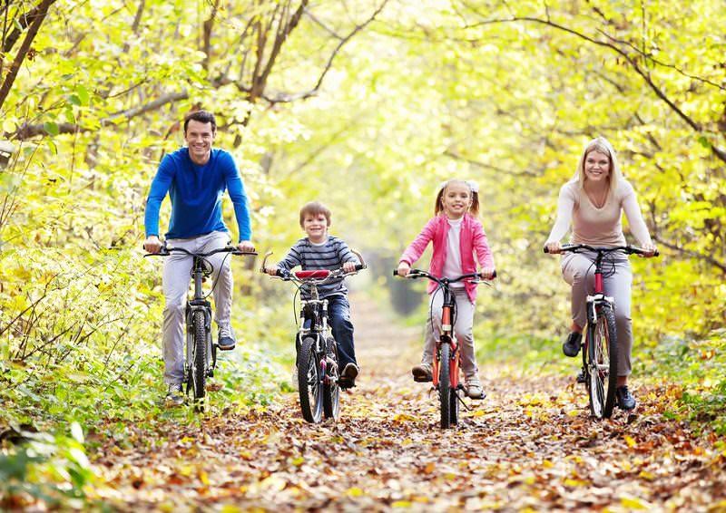 Семья на велосипеде вместе