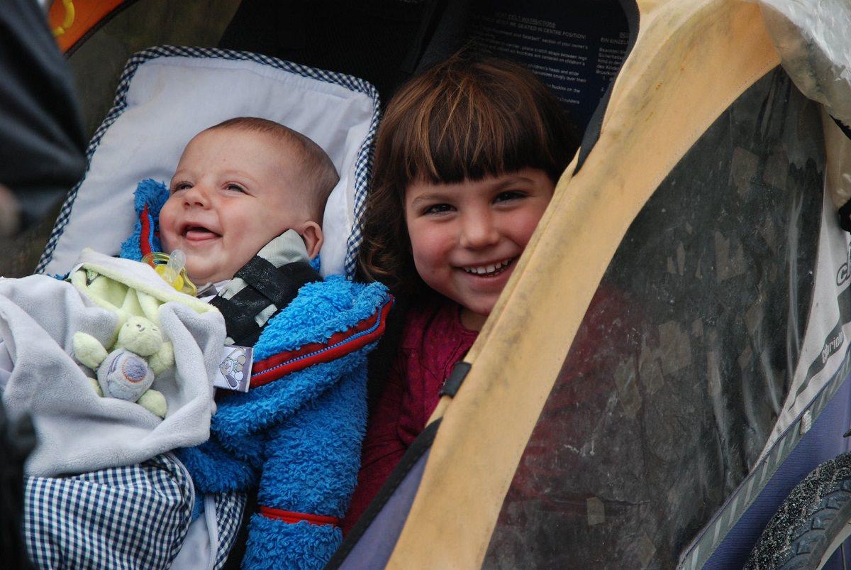 Maïa and Unia sitting together in the bike trailer