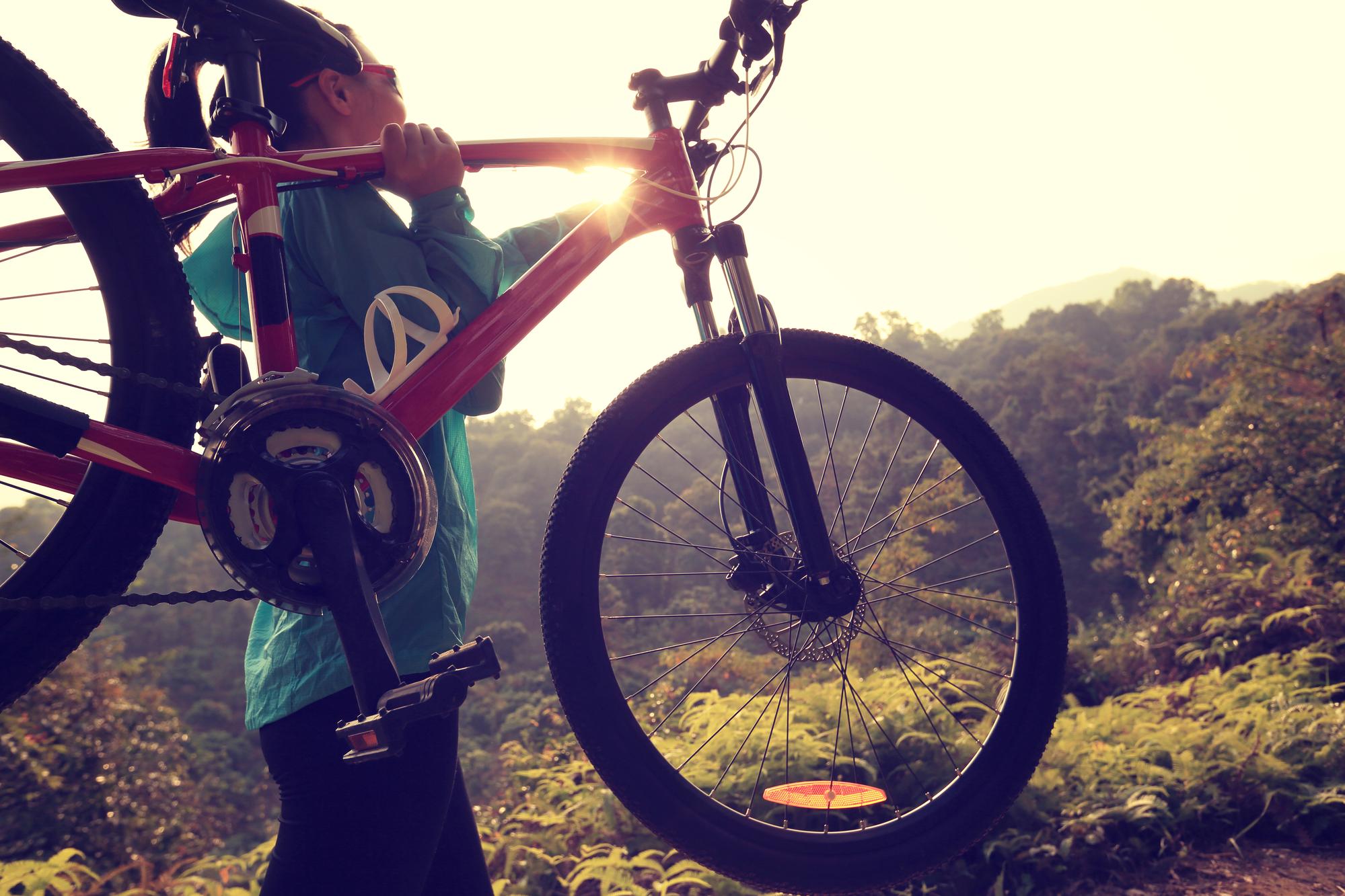 porter un vélo de montagne