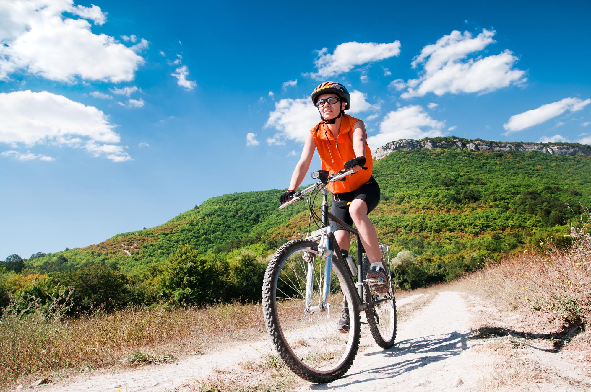 femme en vélo de montagne