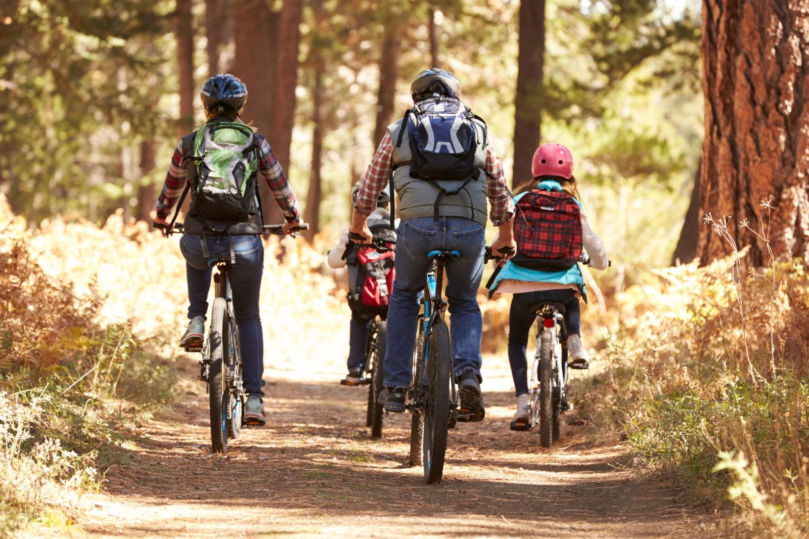 mochilas e ciclismo de bicicleta de montanha