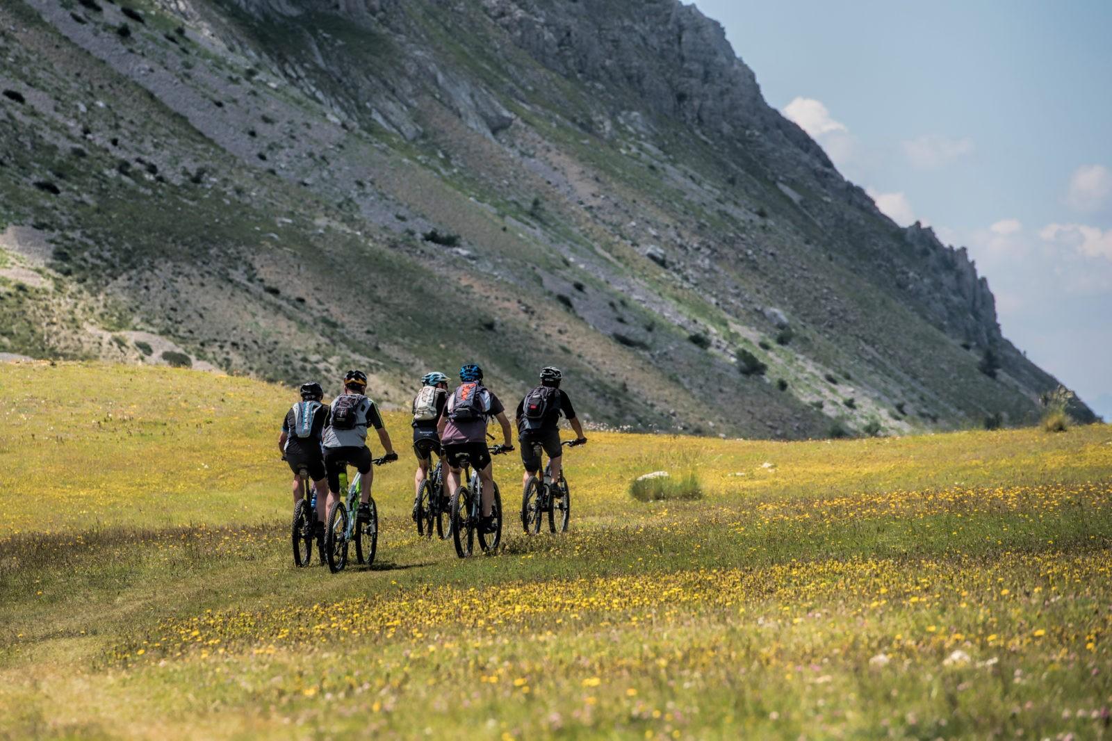 Andar de bicicleta com mochilas nas montanhas