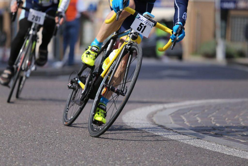 Road bike wheel and tire